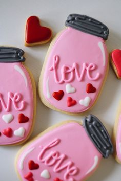 Cute Valentine cookies decorated with royal icing. cookies for kids and other Valentine cookies for him or her. Some of these Valentine Cookies are easy, while some are more difficult to make. Some Valentine Cookies made with fondant and chocolate too. Fancy Cookies, Iced Cookies, Cute Cookies, Royal Icing Cookies, Cookies Et Biscuits, Cupcake Cookies, Heart Cookies, Cookie Favors, Flower Cookies