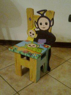 Realizzazione di seggiolina per bambino in legno.  Fatta artigianalmente, sono partirta dal disegno, ho poi tagliato il legno, assemblato i pezzi e realizzato la decorazione.