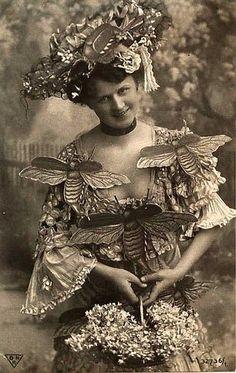 Vintage photo of bumble bee fashions, circa Love Vintage, Vintage Glam, Style Vintage, Vintage Beauty, Vintage Ladies, Vintage Bee, Halloween Kostüm, Vintage Halloween, Vintage Pictures
