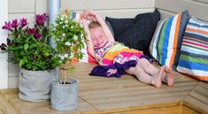 Med en enkel putekasse fikk familien på fire oppfylt tre ønsker på en gang. De fikk både et hyggelig uterom til å slappe av på lange lyse kvelder, et praktisk spiseområde og et oppbevaringsrom til puter og leker. Alt bygget selv i løpet av en helg. Hygge, Baby Car Seats, Toddler Bed, Children, Furniture, Home Decor, Lily, Child Bed, Young Children