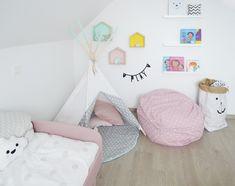 Meisjes kinderkamer. Tipi: Little Nomad Etsy Letter banner: A Little Lovely Company Bed: Flexa play Papieren opbergzak: Tellkiddo