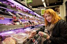 MAT: Matvarekjedene reklamerer mer for kjøtt enn for fisk, frukt og grønt til sammen. Kjendiser og pristilbud lokker oss. Det er verken bra for helsa eller miljøet.