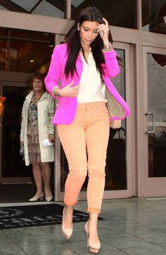 Kim Kardashian lleva todo su outfit en colores neutros y decide darle el toque a su vestuario usando un blazer rosado neon