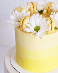 Yellow ombré cake with flowers and macaroons Yellow Birthday Cakes, 21st Birthday Cakes, Cake Decorating Designs, Cake Designs, Macroon Cake, 21st Cake, Ombre Cake, Rustic Cake, Dessert Decoration