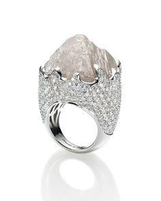 Prachtige ring met een enorme ruwe diamant. Het is net het ijslandschap op de noordpool!