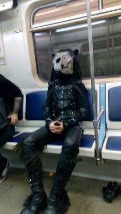 Подборка фотографий странных и модных персонажей, которых можно встретить в российском метро.
