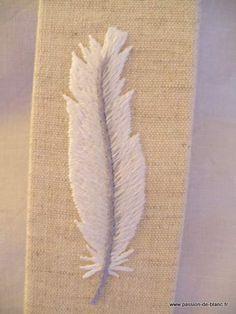 Ambiance déco et parfumée > Marques-pages > Ambiance déco et parfumée / Marque-page avec une plume brodée main sur toile métis écru - Linge ancien - Passion-de-Blanc - Textiles anciens