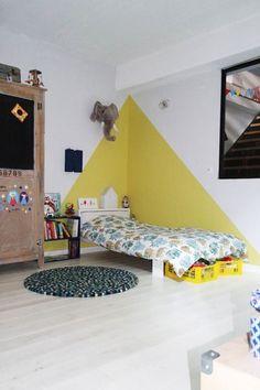 D coration chambre ado peinture murale jaune serin et vert for Peinture triangle chambre