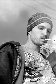 Aaron Paul-Cannot wait for Breaking Bad! Really wishing this was not the last season. This Pinkman pic makes me nostalgic for smoking. Breaking Bad Series, Breaking Bad Jesse, Breaking Bad Actors, Jesse Pinkman, Aaron Paul, Jessie, Bryan Cranston, Walter White, Heisenberg