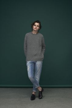 Chunky grey rip knit and loose fitted boyfriend jeans in light blue denim. Roll hems for a chillaxed look. Knit: Valin / Ventura Jeans: Claudia / M-364463