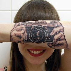 Braço Tatuado com Câmera - Fonte: Bem Legaus!