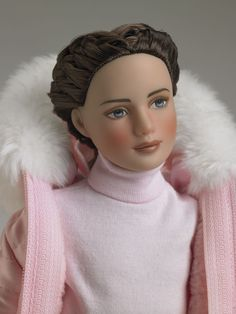 Rocky Mountain Marley (2006) Denver Doll Emporium Exclusive Blonde – LE 150 ~ Brunette – LE 150 French braided ponytail; both have blue eyes with a slight left side-glance. Marley Wentworth™ loves winter sports and is always attired for the mood by big sis, Tyler Wentworth™. Marley wears a lightweight pink knit turtleneck with pale cream corduroy pants under a satin quilted ski jacket with faux fox trim. includes boots, gloves, striped scarf and a custom display stand. Tonner Doll Company