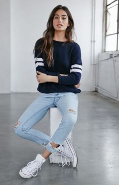 Love the casual long-sleeve tee/jeans/sneakers combo.//Bullhead Denim Co. Breezy Blue Ripped Skinny Boyfriend Jeans//My style//Casual outfits//Clothing ideas//Laid back fashion// Blue Converse Outfit, Skinny Jeans Converse, Light Blue Jeans Outfit, White Shoes Outfit, High Top Converse Outfits, Black And White Outfit, Jeans Outfit Winter, Blue Jean Outfits, Light Jeans