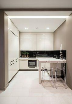 kleine küche weiß hochglanz essbereich akryl stühle grifflose fronten