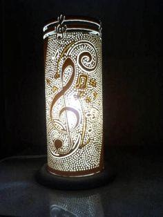 Luminária feita com cano PVC... http://www.recriardecorsustentavel.com.br/2013/10/luminaria-de-cano-pvc.html Via Elo7