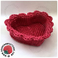 Make this cute crochet heart basket and fill it with candies. Free Heart Crochet Pattern, Modern Crochet Patterns, Crochet Basket Pattern, Crochet Flower Patterns, Crochet Flowers, Free Pattern, Crochet Baskets, Bag Crochet, Crochet Slippers