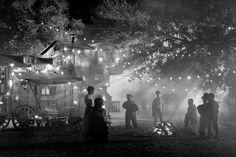 blancanieves-2012-001-night-circus-caravan-campfire-dwarves.jpg (590×393)