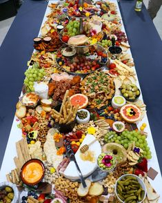 Here& today& platter inspo! Drool-worthy set-up via Your Plat. Party Trays, Party Platters, Food Platters, Snacks Für Party, Cheese Platters, Plateau Charcuterie, Charcuterie Platter, Antipasto Platter, Wein Parties
