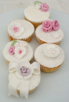 Shabby Chic Cupcakes by Icing Bliss, via recipe cake Flowers Cupcakes, Floral Cupcakes, Pretty Cupcakes, Beautiful Cupcakes, Fun Cupcakes, Wedding Cupcakes, Cupcake Cookies, Decorated Cupcakes, Cupcakes Design