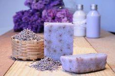 Img da http:& Pefumado o sabonete artesanal de lavanda ou de alfazema. Handmade Soap Recipes, Handmade Soaps, Handmade Cosmetics, Lavender Soap, Solid Perfume, Natural Shampoo, Soap Packaging, Vintage Perfume, Home Made Soap