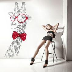 Vinilo decorativo de una jirafa geek, puedes elegir color, las gafas y la pajarita siempre van de color rojo. Masquevinilo.com
