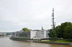 Liège - Palais des Congrès le long de la Meuse et la Tour Cybernétique rénovée de Nicolas Schöffer au Parc de la Boverie