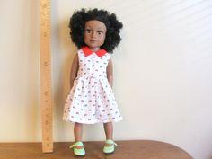 Habit de poupée : robe sans manche, petit col rouge pour poupée Maru and Friends ou Journey girls.