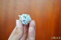 Um brinquedo caseiro fácil, divertido e que desafia a gravidade - bolinha de papel aluminio Engagement Rings, Jewelry, Amanda, Defying Gravity, Homemade, Sons, Toys, Pranks, Simple