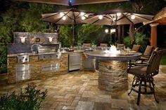 Impresionante Cocina al aire libre Diseño En terraza y Piedra Backsplash También chimenea en la isla de la cocina Plus Taburetes de Acompañamiento con piso de piedra al aire libre Diseño de la cocina;  Obtener nueva sensación durante la cocción Cocina de diseño