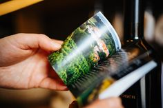 Eine kleine praktische Minibroschüre verarbeitet als Produktanhänger. Zwei clevere s-formate in einem Druckprodukt vereint. Voss Bottle, Water Bottle, Drinks, Book Folding, Printing, Products, Drinking, Beverages, Water Bottles