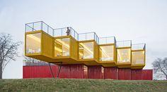 Un moderno y colorido pabellón de contenedores que sorprende