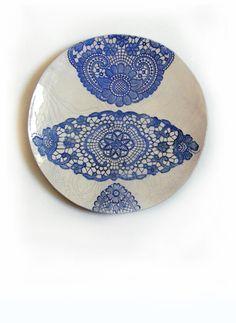 Kunst Wand Skulptur Keramik Teller Plate Shabby Chic Spitze Druck Ornament Kobalt blau weiß handgefertigt Art Deco Haus Dekoration Geschenk von KunstLABor auf Etsy more: https://www.etsy.com/de/shop/KunstLABor?ref=hdr_shop_menu
