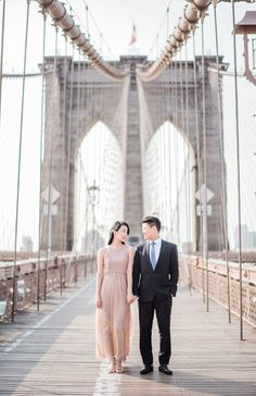 Classic Brooklyn Bridge e-sesh: http://www.stylemepretty.com/2016/07/05/romantic-central-park-pond-row-boat-engagement-session/ | Photography: Sally Pinera -   http://sallypinera.com/