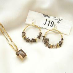 クォーツのペンダントとセットで使いたいイヤリングです。... Glass Earrings, Blog Entry, Women Accessories, Sparkle, Place Card Holders, Bracelets, Gold, Chips, Crafts
