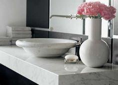Marmor ist als Waschtisch für das Badezimmer sehr beliebt.