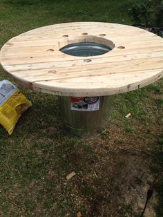 cable spool tables With just a few modifications, a metal trash can and one side of a wooden cable spool makes for one serious crawfish eating table! LET'S BOIL SOME MUD BUGS! Diy Cable Spool Table, Wooden Cable Spools, Pallet Crafts, Wooden Crafts, Crawfish Party, Low Country Boil, Outdoor And Country, Outside Furniture, Pallet House