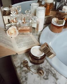 How to Make Makeup Remover I love to make as many products as I can naturally. Once I learned how to make makeup remover, I Beauty Skin, Beauty Makeup, Hair Beauty, Face Makeup, Makeup Desk, Beauty Vanity, Chanel Makeup, Makeup Box, Photo Pour Instagram