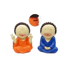 Alcancía en forma de buda sonriendo. Las monedas se introducen por una ranura en la parte alta de la espalda y se retiran por la base, quitando una firme tapa plástica. La figura está hecha de poli-resina (es un material duro, similar al plástico). Las medidas son 20 cm (alto) x 13 cm (ancho) x 9 cm (profundidad). Hay dos versiones (ver foto): el buda naranja tiene siempre los dedos en V, mientras que el azul tiene las manos sobre el regazo. PRECIO: $150.