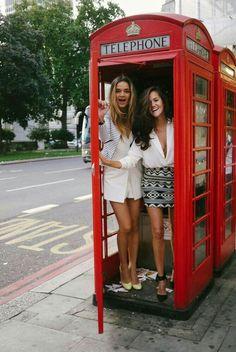 Duas pessoas dentro de uma cabine telefônica Londrina! Isto me lembra Harry Potter!
