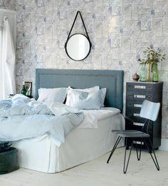 En stoppad sänggavel går att variera med tyg, mönster, färg och form. Den här är klädd i sammet och dekornubb. Källa: Sköna hem