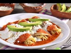 The chicken entomatadas are a delight, very easy to prepare in addition to being an inexpensive recipe, their exquisite tomato sauce and chicken filling, accompanied by fresh cheese and cream, will be the best option for a breakfast. Mexican Cooking, Mexican Food Recipes, Comida Diy, Great Recipes, Favorite Recipes, Tacos And Burritos, Deli Food, Filling Food, Cooking Recipes