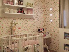 Quarto bebê | O nicho com os livros foi projetado logo abaixo da janela, na lateral foi possível instalar spots no painel de madeira que recebeu o mesmo acabamento do papel de parede | marcelasantiago.com.br