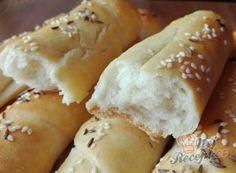 Jen voda, mouka a olej. Pár minut a máte hotovou nejlepší náhradu chleba. | NejRecept.cz Meat Rubs, Hot Dog Buns, Food To Make, Food And Drink, Bread, Cheese, Cooking, Recipes, Jen