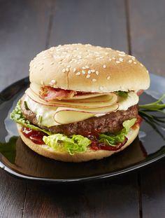 Blue Cheeseburger       Zutaten für 1 Person:  20 g Philadelphia Balance, 10 g Blauschimmelkäse, 1,5 g Honig, 0,5 g Rosmarin (Nadeln abstreifen, fein hacken), 1 bis 3 dünne Scheibe Schinken oder Bacon, 100 g Rinderhack, 40 ml Barbecue Sauce (z.B. Bull's Eye BBQ Sauce Steakhouse), 1 Hamburger-Brötchen (halbieren), 30 g Römersalatherzen (in Blätter teilen), 60 g Apfel (mit dem Apfelausstecher entkernen und mit mittigem Loch in dünne Scheiben schneiden).  Zubereitung: 1. Philadelphia Balance…