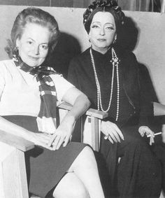 "Olivia de Havilland and Bette Davis on the set of ""Madame Sin"" Old Hollywood Stars, Golden Age Of Hollywood, Vintage Hollywood, Classic Hollywood, Olivia De Havilland, Hollywood Actresses, Actors & Actresses, Bette Davis Eyes, Betty Davis"