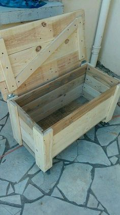 Pallet Chest on Wheels 101 Pallet Ideas tinycowboyworker Wooden Pallet Projects, Pallet Crafts, Pallet Ideas, Wood Crafts, Pallet Furniture, Furniture Projects, Diy Projects, Project Ideas, Furniture Plans