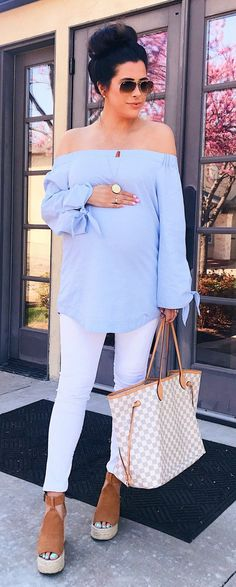 #fashion #outfits Blue Off The Shoulder Top & White Skinny Jeans & White & Grey Checked Tote Bag #PregnancyFashion