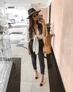 Um look composto por mom's jeans, blusa com amarração, slingback e chapéu fedora. Tudo que amo numa produção só. #lookdodia Instagram: @viihrocha