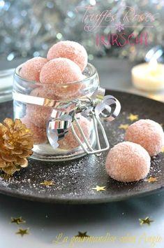 Truffes biscuits roses et kirsh Vegan Christmas, Christmas Baking, Christmas Candy, Christmas Cookies, Diy Christmas, Candy Recipes, Dessert Recipes, Fudge, Vegetarian Buffet