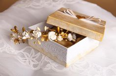 Elegant hair vine in white and gold colors for a summer Hair Vine, Elegant Hairstyles, Headpieces, Vines, Decorative Boxes, Clay, Bride, Colors, Instagram Posts
